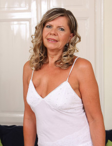 56 Year Old Samantha P from  Milfs30 Pulls Her  Older  Cunt Wide