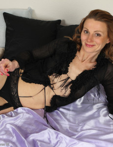 Bonde and Wild Suzy Losson Glides off Her Ebony Knickers and  Opens