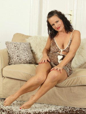 37 Year Old Thalia from  Milfs30 Opens Up Her  Older Babe Beaver for You