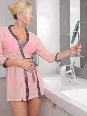 Spectacular Lilly Peterson Glides from the Woman Towel and Jacks in to the Tub