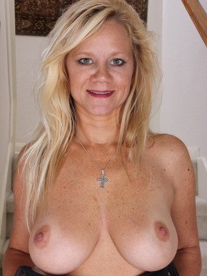42 year old soccer mom plays with her hairy pussy 6